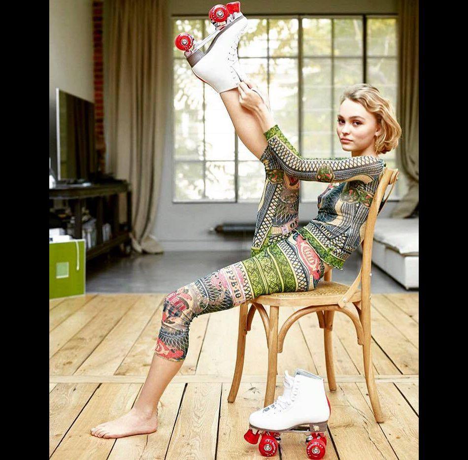 Lily Rose Depp prend la pose, roller aux pieds.