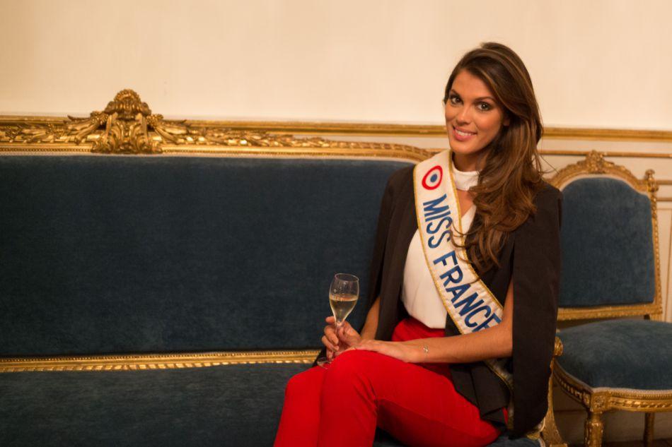 """Miss France 2016 a même enfilé un T-shirt à l'effigie de sa """"big boss"""" le soir de la grande première ce samedi 16 octobre 2016."""