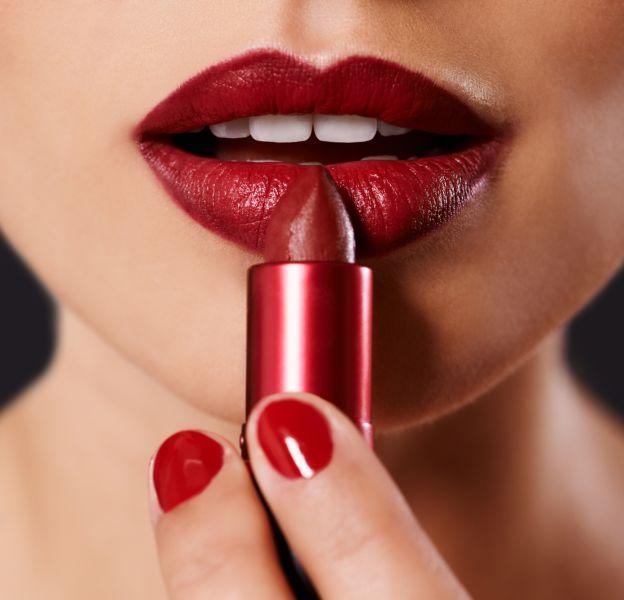 4 astuces pour éviter d'avoir du rouge à lèvres sur les dents.