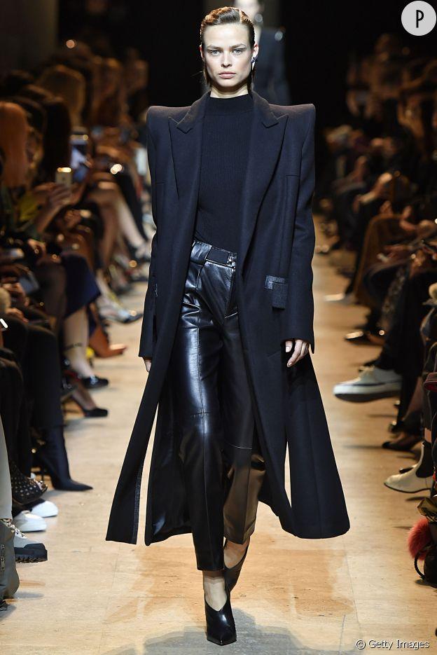 Ambiance Boule A Facettes Avec Lame Et Paillettes Auxquels On Prefere Ce Look Manteau Oversized Ouvert Sur Un Pantalon En Cuir Pour Une Feminite Sexy