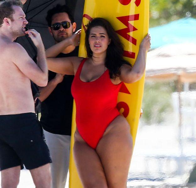 """Ashley Graham pose façon """"Alerte à Malibu"""" sur une plage de Miami."""