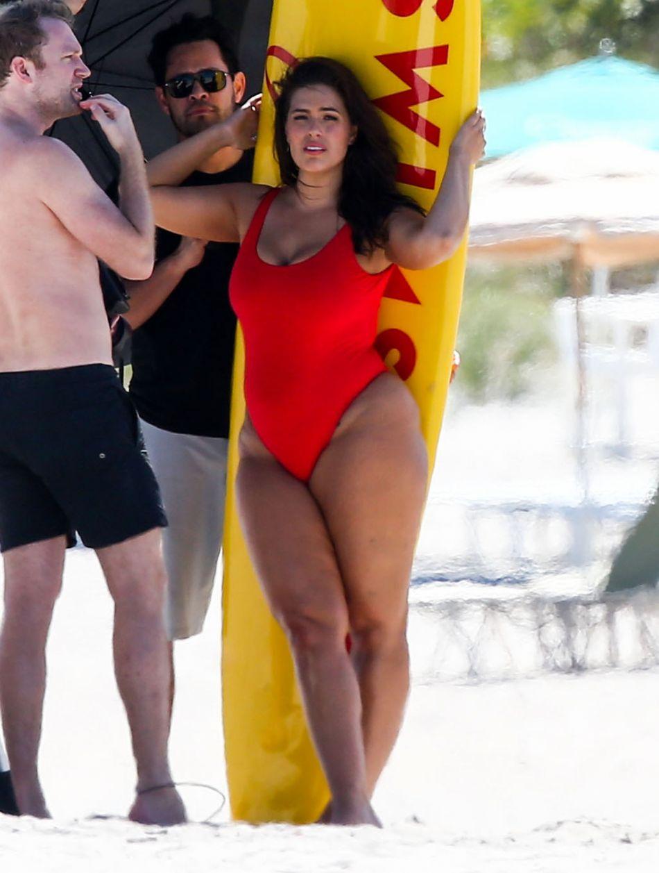 8868245c33 Mannequin lingerie et maillot de bain, cette fois-ci c'est dans un maillot  rouge feu qu'elle pose sur la plage de Miami. « Alerte à Malibu » much, ...