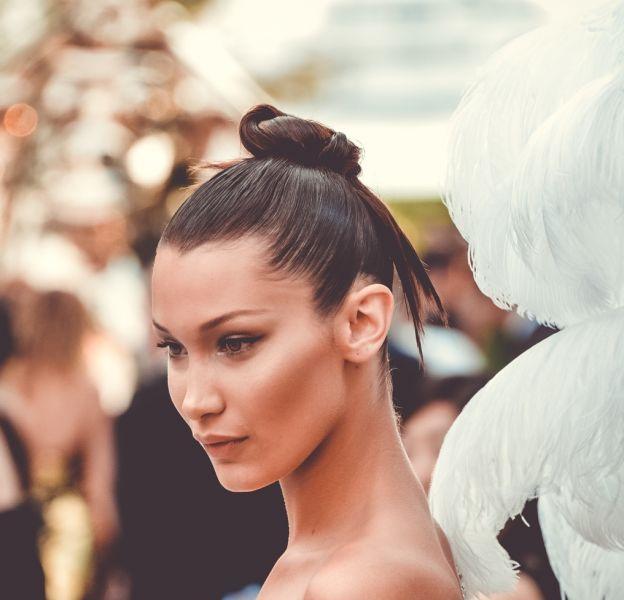 Bella Hadid ressemble à Carla Bruni en une du Vogue Brasil.