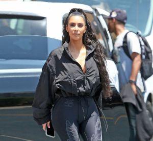Kim Kardashian peut-elle faire perdurer la tendance claquettes-chaussettes ?