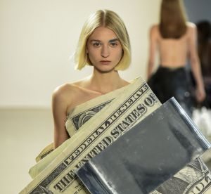Les incroyables fringues en billets qui réveillent la fashion week de New York