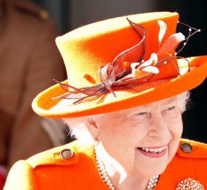 Dans la couleur de l'année, la Reine Elizabeth est une vraie fashionista