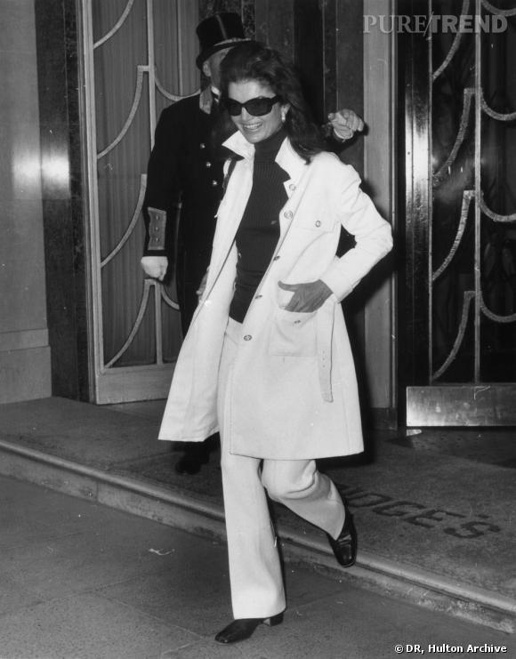 Jackie Kennedy Onassis quittant le Claridges Hotel de Londres