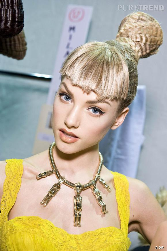 Lors du défilé [brand=4294773786]Dior[/brand], le chignon était extravagant et sophistiqué. Le plus de cette coiffure : la frange droite alliée au chignon gauffré.