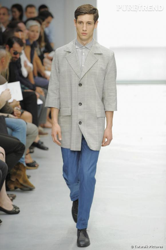 Cerruti Printemps-Eté 2010. Veste de costume grise au manches trois-quarts et pantalon fitté bleu