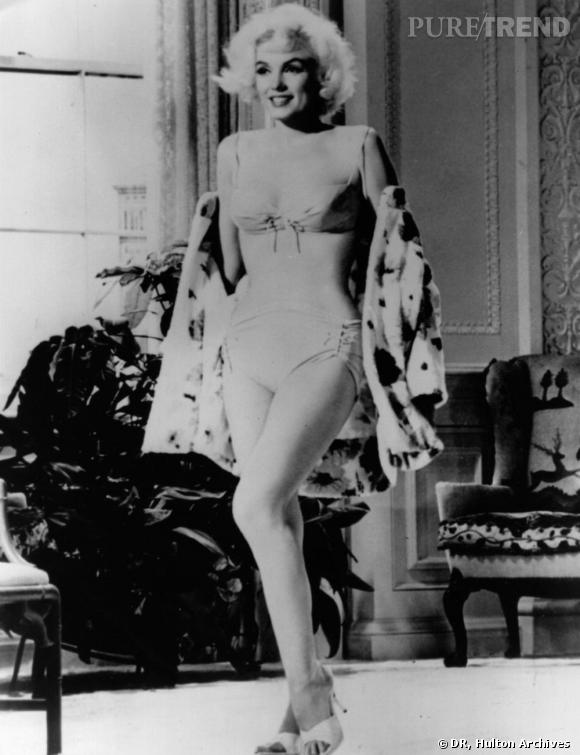 Marylin Monroe dans Something's got to give de Georges Cukor en 1962. Si la culotte reste courvante, le haut du bikini se veut échancré, lacé et osé. Porté ici avec une paire d'escarpins, il devient un vêtement à part entière.