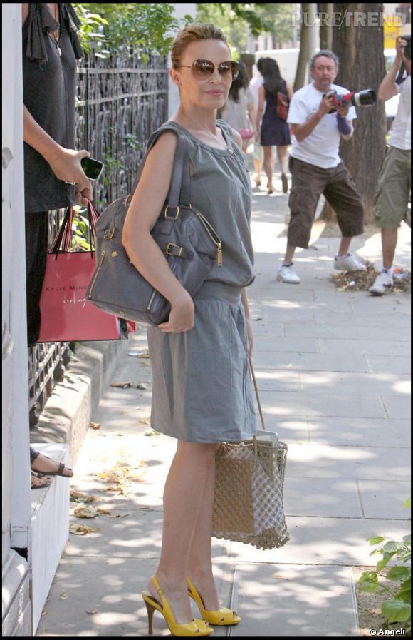 En virée shopping à Londres, la chanteuse pop, qui ne se sépare plus de son sac  [brand=4294718939] YSL [/brand] , nous prouve que pour ne pas paraître trop fade en gris, un  accessoire flashy comme cette paire d'escarpins jaune suffit pour booster son look.
