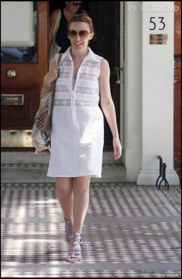 Cet été, la petite robe blanche à le vent en poupe. Kylie porte ici un modèle avec des broderies à l'anglaise. Elle apporte une touche de couleur avec des spartiates à talon  [brand=4294719451] Guiseppe Zanotti [/brand]  mauve.