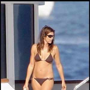 Sur son Yacht à Saint Tropez, Cindy Crawford affiche toujours un corps de rêve dans un maillot deux-pièces chocolat. Soutien-gorge triangle et slip échancré noué, l'ex top n'a rien à craindre des photos volées de ses vacances en famille.