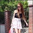[people=2337] Lindsay Lohan [/people]  adopte un look de rock'n'rolleuse avec les ankle boots  [brand=4294924499] Alexander McQueen [/brand]  qu'elle associe avec une jupe fleurie