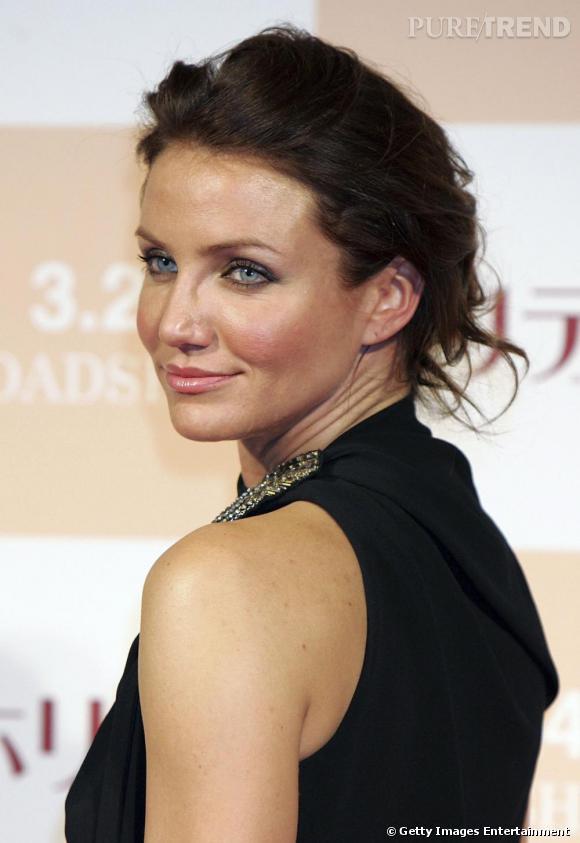 Version brune l 39 actrice est scotchante les cheveux attach s en chignon romantique elle met en - Actrice yeux bleus ...