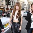 Mischa Barton a opté pour un look rock dans les rues de Londres. Une tenue qu'elle a parfait avec une veste Matthew Williamson pour H&M.