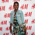 La chanteuse britannique Estelle, connue notamment pour son duo American Boy avec Kanye West, a aussi craqué pour une robe H&M designée par Matthew Williamson. Et pour parfaire son look, elle mise pour un sac Chanel. Estelle serait-elle la nouvelle reine de mix'n match ?