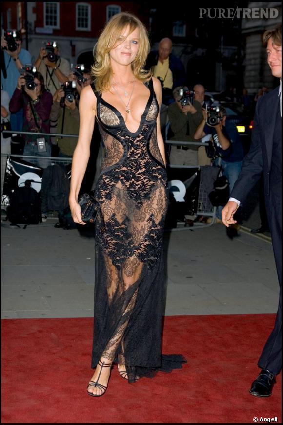 Le top Eva Herzigova est époustouflante. Sa plastique parfaite lui permet tout les excès et elle le sait. La preuve avec cette robe décolletée et transparente ultra sexy.