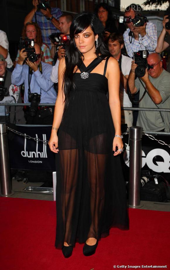 La rebelle Lily Allen a transformé sa robe Chanel en oubliant un drapé. Le résultat est culotté.