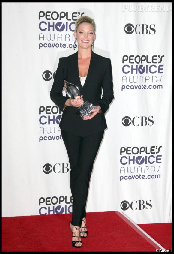 En 2009, dans ce costume noir agrémenté de nombreux accessoires parsemés de strass, Katherine Heigl déploie ses talents de modeuse.