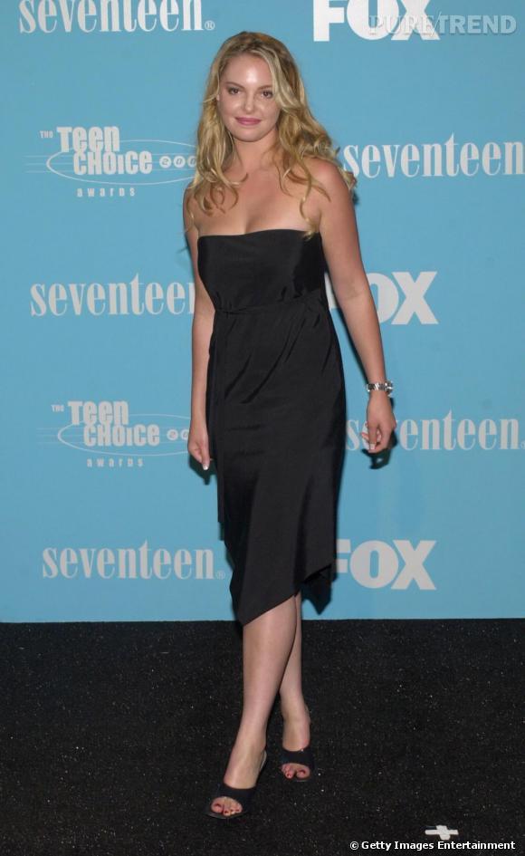 En 2000, Katherine adopte un look très starlette sans prendre de risques. Sandales aux pieds, elle souligne ses formes d'une robe bustier minimaliste.