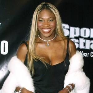 En 2002, Serena Williams est blonde et adore la fourrure. Problème, elle la mixe avec une robe noire, un brin transparente et des bottines aux pieds : sa ligne est tassée et l'effet est vraiment moyen.