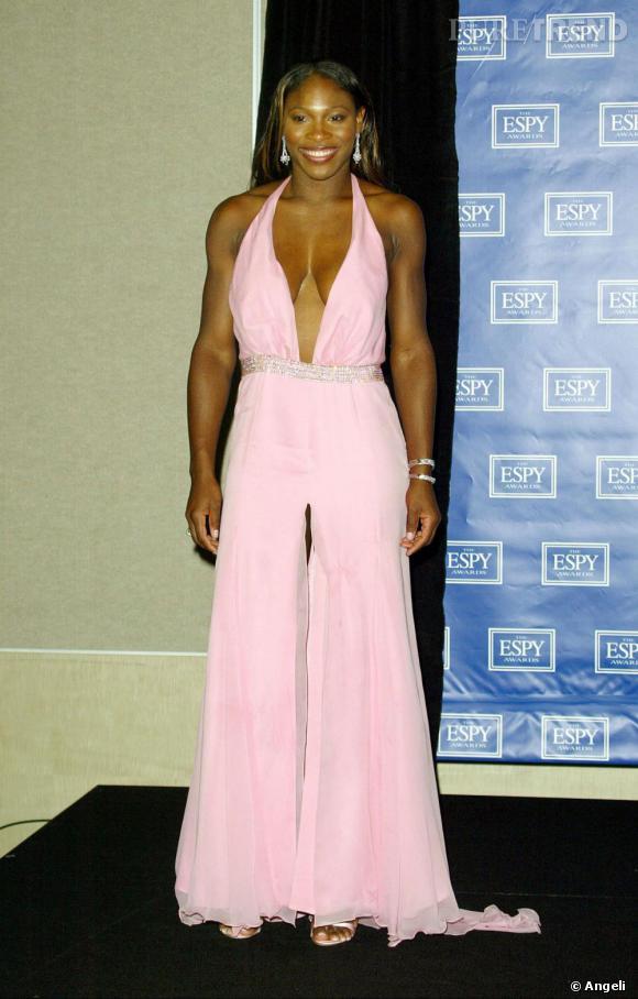 L'année suivante, elle ose la robe au décolleté ravageur associé à un maxi fendu sur le devant. Très cheap. D'autant que la poitrine de Serena Williams, ne lui permet pas ce genre d'excès.