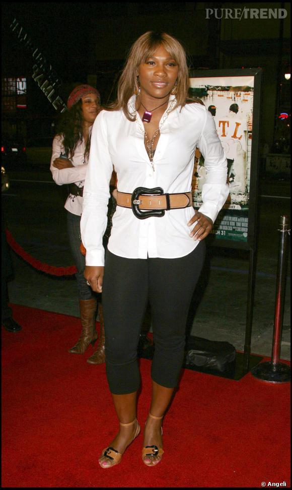 Serena Williams s'essaie aux tenues plus sobres avec un panta-court version legging sous une chemise longue. Le résultat aurait pû être acceptable si elle n'avait pas ajouté une large ceinture. On se demande presque ce qu'elle vient faire là.
