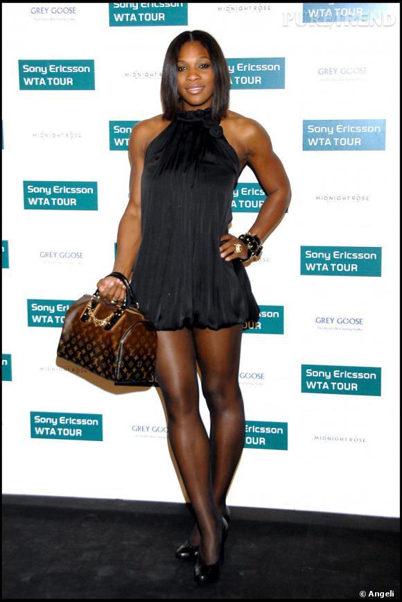 Début de la consécration fin 2007. Serena Williams s'est coupé les cheveux et est presque méconnaissable. Sac Vuitton au bras, robe courte et aérée, le résultat est chic. On adore.