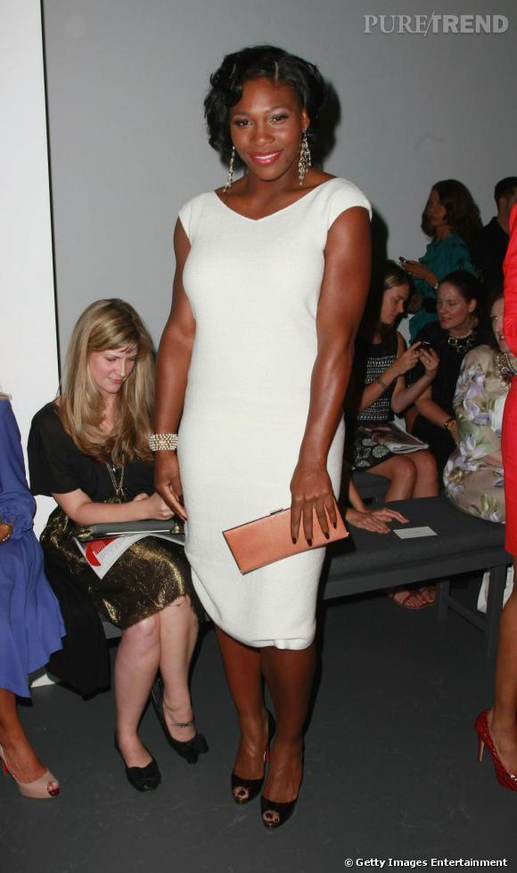 En 2008, pendant la Fashion Week new-yorkaise, Serena Williams a tout d'une first lady. Robe blanche peu décolletée (enfin !), pochette à la main, elle resplendit.