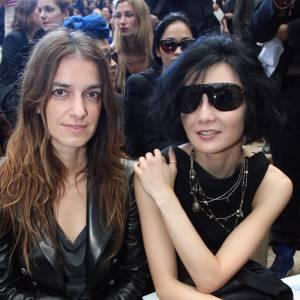 Joana Preiss et Maggie Cheung ont opté pour le dress code Chanel : total look noir et sac matelassé.