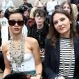 Rihanna et Virginie Ledoyen, soit une actrice française et une popstar, un spectacle typique de la Fashion Week de Paris.