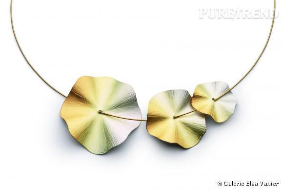 3 pendentifs Flower Disc Iris en or gris et or jaune, Niessing, à partir de 446 euros à la Galerie Elsa Vanier, www.elsa-vanier.com
