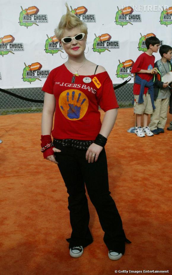 Changement de cap, Kelly Osbourne est devenue punk. Et elle n'y va pas avec le dos de la cuillère. Crète sur la tête, blonde platine, elle opte pour une tenue d'ado, très sportswear.
