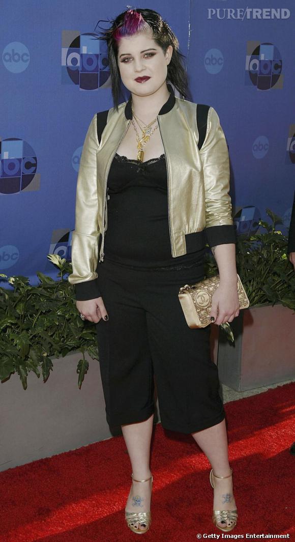 La mèche rose relevée, Kelly Osbourne est en pleine transition entre son image de punkette et une volonté de glamouriser ses tenues. Résultat : elle mise sur une multitude d'accessoires bling bling, qui alourdissent l'ensemble.