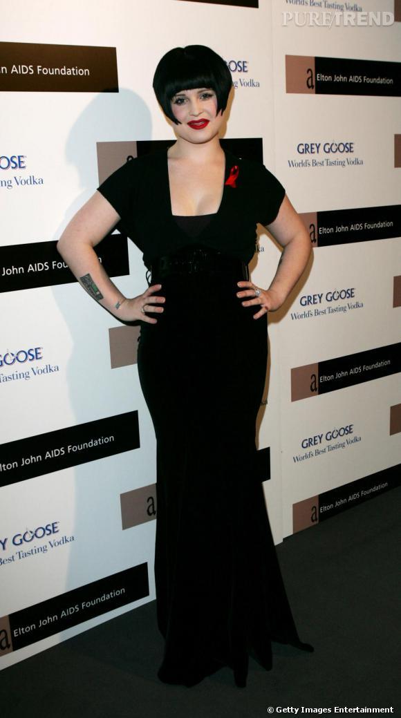 Difficile de savoir où Kelly Osbourne a voulu en venir. Nous fait-elle une version plus vivante de  La Famille Adams  ? Quoiqu'il en soit, la chanteuse est de plus en plus féminine, et par là de moins en moins trash. Ouf.