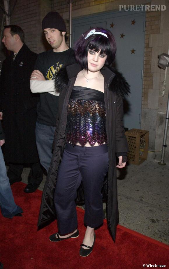 Kelly tatonne. Elle essaie même de lancer la tendance du pantalon retroussé sur une seule jambe, raté. Avec un top bustier glitter, l'effet est improbable.