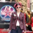 La chanteuse vient à peine d'être projetée sur les devants de la scène en 2002. On a envie de dire heureusement ! Sa veste à rayures associée à une chevelure en pétard rose promet d'autres looks fracassants. Kelly Osbourne est une adepte du flashy qui détonne.