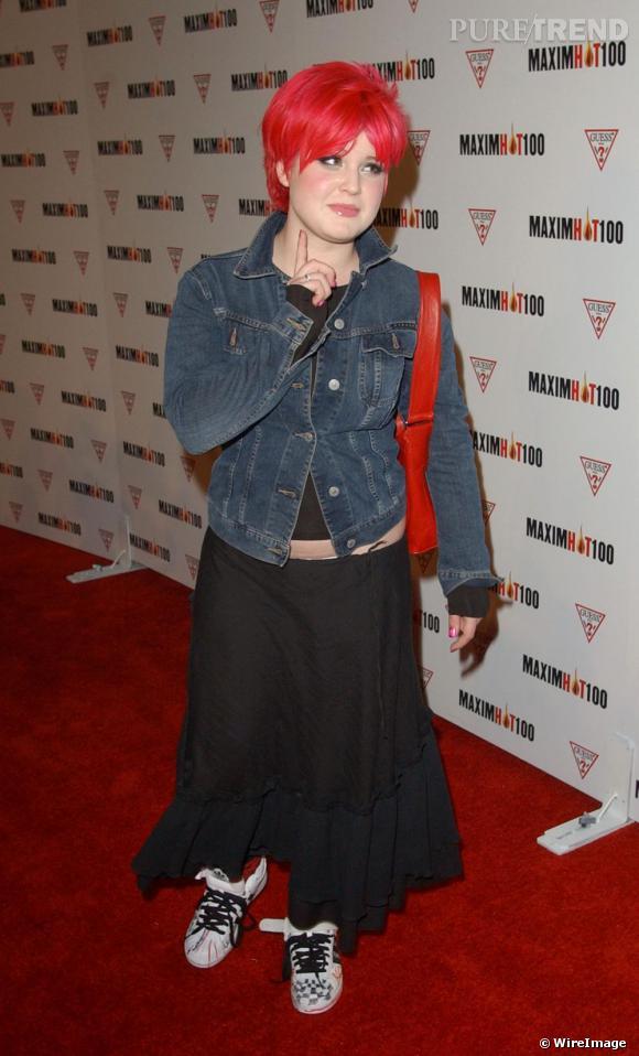 Les cheveux rouges assortis à son sac, Kelly ose les baskets cracra sur tapis rouge. Associées à une jupe longue plutôt bohème, le résultat n'est pas convaincant.