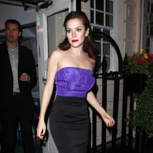 Anna Friel réussit à rendre la jupe midi, sexy grâce à un top fantaisie violet. Elle arrive sans en avoir l'air à jouer les femmes fatales averties, et sans accessoires s'il vous plait.