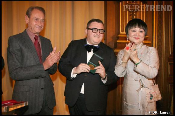 Alber Elbaz récompensé par la ville de Paris entouré de Bertrand Delanoë et Madame Wang