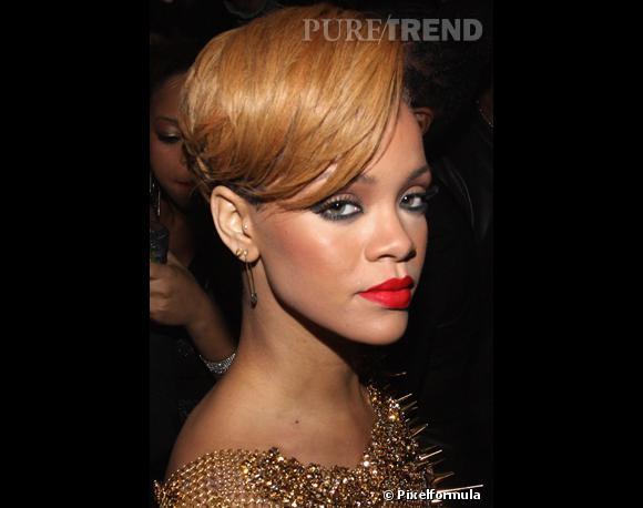 """Rihanna, qui n'est pas frileuse en matière de tendances,  choisit la teinte la plus pointue : le rouge vermillon, un peu orangé, une audace potentiellement payante mais qui ne va pas à tout le monde... Et Bingo, sur elle, c'est magnifique ! Un produit pour faire comme elleRouge à lèvres Heat Wave de Nars Cosmetics, 25 euros, en vente sur le site Tip n° 1 : Le choix de la bonne couleur dépend de votre teint. Si vous êtes blonde au teint clair, choisissez des teintes lumineuses, orangé, rouge rose ou même rouge bleuté un peu froid, pour jouer le contraste. Si votre teint tire sur le roux, misez sur les teintes d'""""automne"""". Si vous êtes brune, tout vous va, du rouge sang au fuchsia. Attention, si vos dents ne sont pas parfaitement blanches, ou si vous avez la peau dorée, évitez les prunes et les couleurs violacées qui accentuent le jaune..."""
