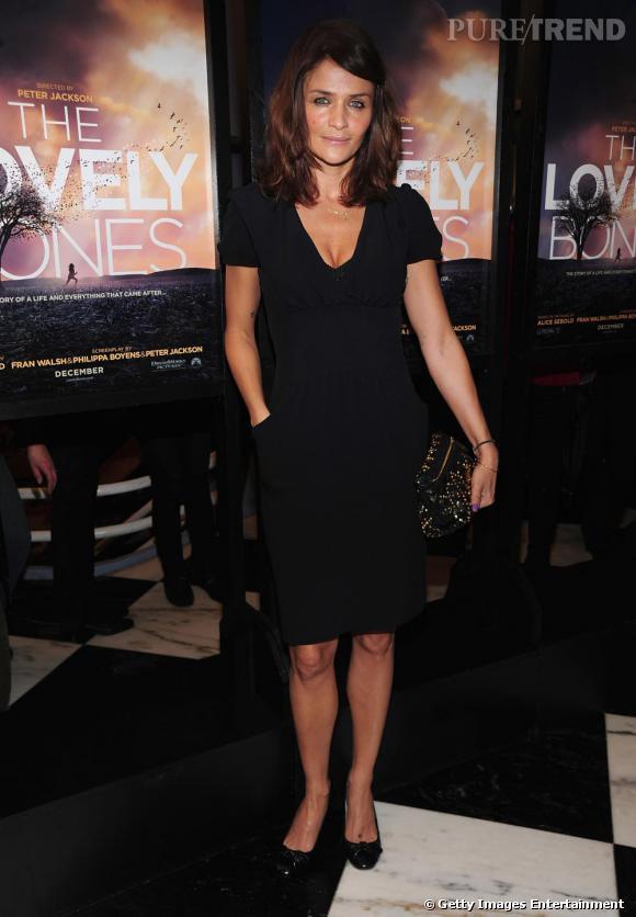 Le 2 dècembre, à New York, Helena choisit un modèle intemprel au genou, entre classique et modernité