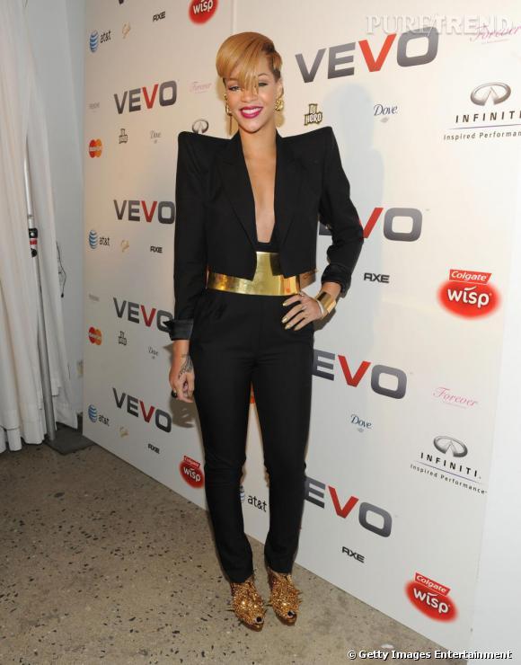 Ancienne princesse du baggy, Rihanna est désormais la reine des épaulettes. Sa rupture avec Chris Brown marque un tournant dans son style. La belle aspire maintenant à plus de maturité.