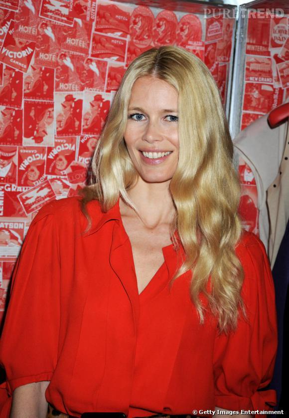 La raie au milieu, les cheveux tout juste ondulés, Claudia Schiffer est la fière représentante des looks natures mais efficaces.