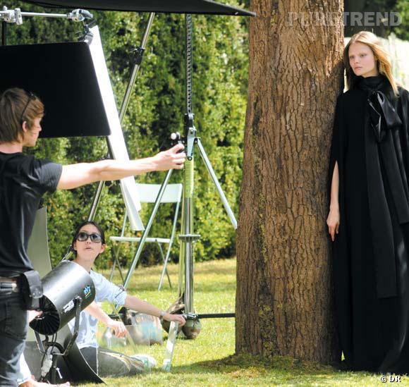 Photographiée par Liz Collins, Magdalena Frackowiak estvêtue d'une cape en triple georgette de soie créée spécialement par Riccardo Tisci