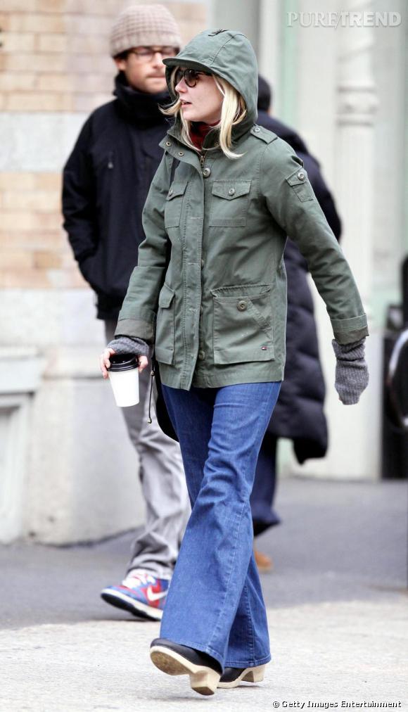 OUi c'est bien Kirsten Dunst sous la capuche. Pour l'actrice, veste kaki = tenue confort par temps de pluie.