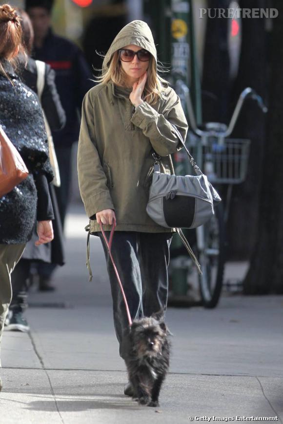 Lorsqu'elle promène son chien, Sienna Miller dit oui à la capuche, aux lunettes XXL et au blouson kaki. Si ce genre de modèle sans forme est habituellement réservé aux jours où personne ne nous voit, Sienna le choisit avec raison kaki pour être mode sans chichis.