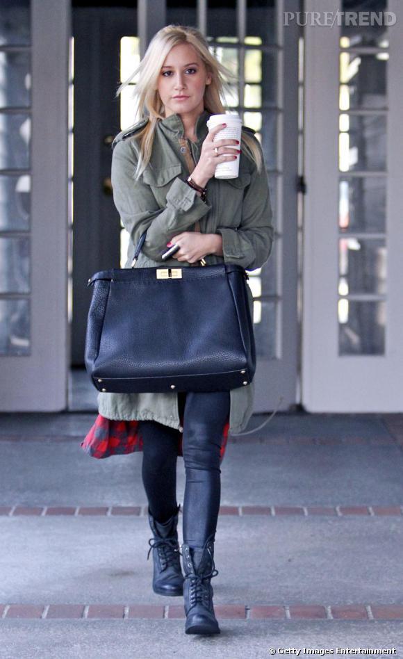 It bas + chemise bucheron + veste kaki : Ashley tente le total look tendance. Un peu too much ?