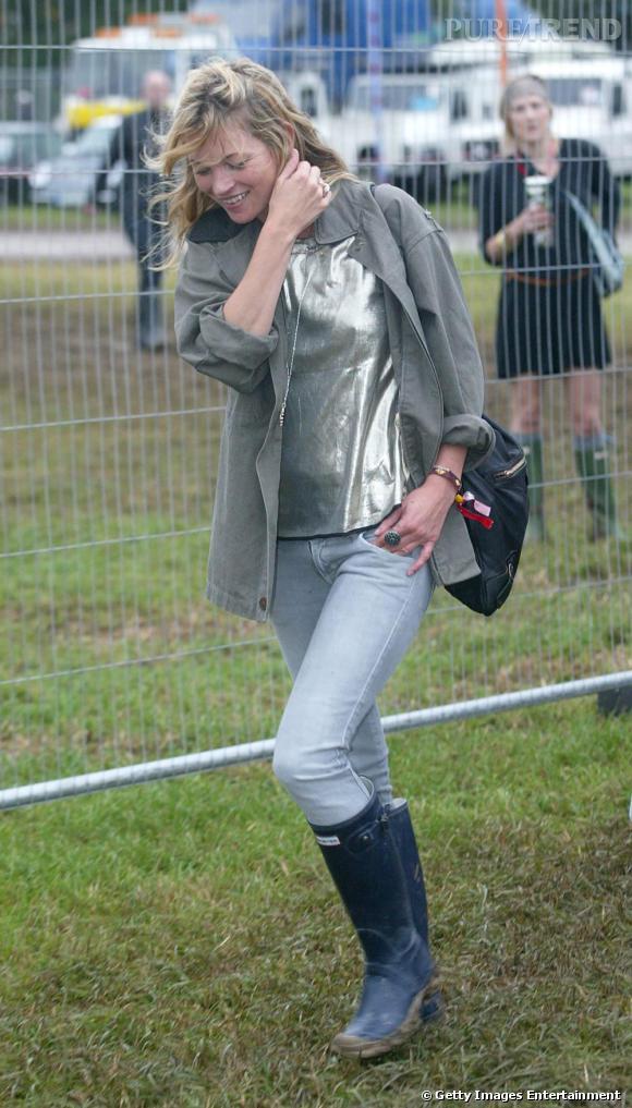 Sainte Kate Moss a tout bon. Top glitter et veste kaki, elle reste féminine même bottes de pluie aux pieds.